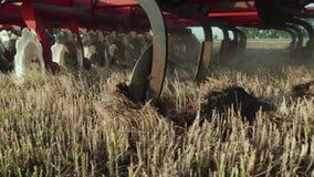 Un primo piano della parte del meccanismo agricolo per coltivazione integrata della terra Colpo del raccolto archivi video