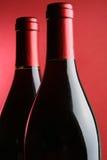Un primo piano delle due bottiglie di vino Fotografia Stock Libera da Diritti