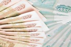 Un primo piano di 100 e 1000 rubli di banconote Immagini Stock