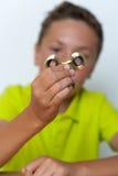 Un primo piano di 12 anni del ragazzo che gioca il filatore di irrequietezza Immagini Stock Libere da Diritti