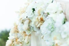 Un primo piano di bianco e di beig fiorisce sull'altare di nozze Fotografie Stock Libere da Diritti
