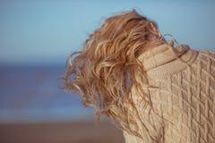 Un primo piano di capelli biondi ricci della giovane donna Fotografie Stock
