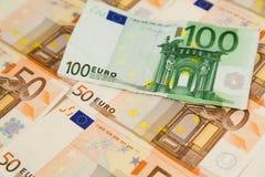 Un primo piano di cento banconote dell'euro Immagini Stock