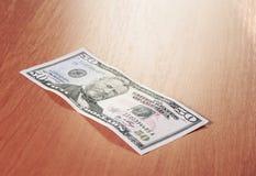 Un primo piano di cinquanta banconote in dollari sulla tavola di legno Immagine Stock Libera da Diritti