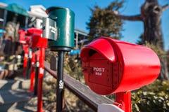Un primo piano di un contenitore rosso di posta fotografie stock