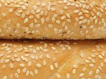 Un primo piano di due bagel con i semi di sesamo Fotografie Stock Libere da Diritti