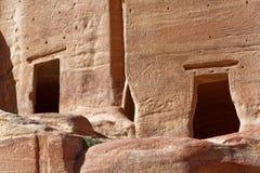 Un primo piano di due camere di sepoltura e tombe vuote nel PETRA, Giordania Immagine Stock