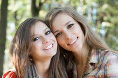 Un primo piano di due donne sorridenti Immagine Stock Libera da Diritti