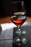 Un primo piano di due glasss di vino Fotografie Stock