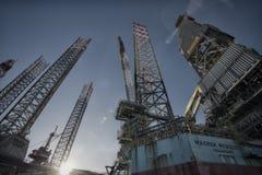 Un primo piano di due impianti offshore Immagine Stock Libera da Diritti