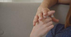 Un primo piano di due mani degli amanti che si associano insieme e che giocano all'atmosfera domestica video d archivio