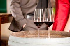 Un primo piano di due vetri di vino Fotografie Stock
