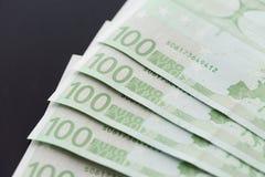 Un primo piano di 100 euro banconote Immagine Stock