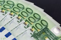 Un primo piano di 100 euro banconote Fotografie Stock Libere da Diritti