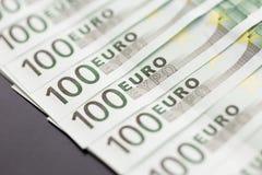 Un primo piano di 100 euro banconote Immagini Stock