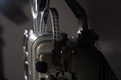 Un primo piano di un film da 16 millimetri sul proiettore Fotografia Stock Libera da Diritti