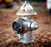 Un primo piano di un idrante antincendio recentemente installato immagini stock