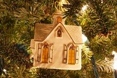 Un primo piano di un ornamento bianco di Natale della chiesa fotografie stock