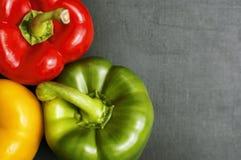 Un primo piano di tre peperoni dolci fotografie stock