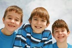 Un primo piano di tre ragazzi Fotografia Stock