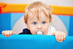 Un primo piano di un neonato di anno Fotografie Stock Libere da Diritti