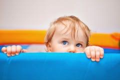 Un primo piano di un neonato di anno Immagini Stock