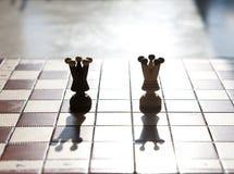 Un primo piano di un pezzo degli scacchi di due regine Fotografia Stock Libera da Diritti