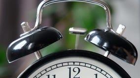 Un primo piano di una campana da una sveglia nera d'annata che fa scattare l'allarme archivi video