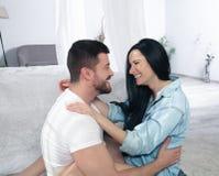 Un primo piano di una coppia felice che abbraccia e che bacia nella camera da letto sono innamorato fotografie stock