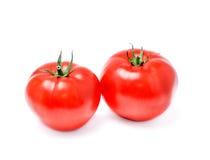 Un primo piano maturo di due pomodori su un bianco fotografie stock libere da diritti