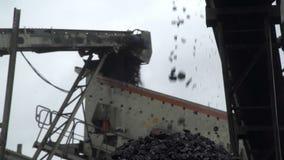Un primo piano sparato di un carbone che cade dal video d archivio