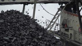 Un primo piano sparato di un carbone che cade nel mucchio di carbone archivi video