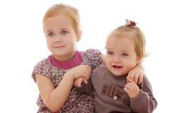Un primo piano sveglio di due bambine fotografia stock