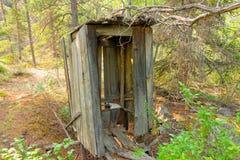 Un privado de madera viejo en un campo de la explotación minera en el Yukón Foto de archivo libre de regalías