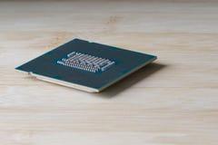 Un procesador del ordenador en un fondo de madera Vista lateral Cierre para arriba imágenes de archivo libres de regalías