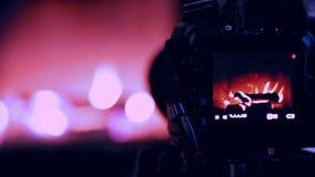 Un proceso del tiroteo interior de la cantidad con la cámara de DSLR: chimenea de trabajo metrajes