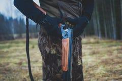 Un processo di caccia durante la stagione di caccia, processo di caccia dell'anatra, gruppo di cacciatori e cane wirehaired drath Fotografie Stock Libere da Diritti
