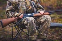 Un processo di caccia durante la stagione di caccia, processo di caccia dell'anatra, gruppo di cacciatori e cane wirehaired drath Fotografia Stock