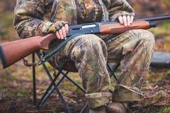 Un processo di caccia durante la stagione di caccia, processo di caccia dell'anatra, gruppo di cacciatori e cane wirehaired drath Immagini Stock Libere da Diritti