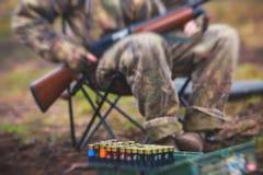 Un processo di caccia durante la stagione di caccia, processo di caccia dell'anatra, gruppo di cacciatori e cane wirehaired drath Fotografia Stock Libera da Diritti