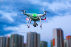 Un processus de lancer le bourdon de quadcopter avec l'appareil-photo, opérateur lance UAV de quadcopter, vol aérien téléguidé de Photographie stock libre de droits
