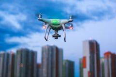 Un processus de lancer le bourdon de quadcopter avec l'appareil-photo, opérateur lance UAV de quadcopter, vol aérien téléguidé de Photo stock