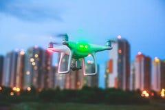 Un processus de lancer le bourdon de quadcopter avec l'appareil-photo, opérateur lance UAV de quadcopter, vol aérien téléguidé de Photographie stock