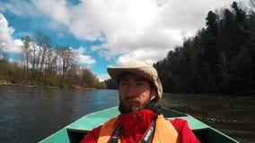 Un profane dans un chapeau sur un bateau banque de vidéos