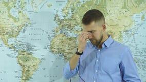 Un profesor de la geografía saca puntos en un fondo del mapa del mundo almacen de video