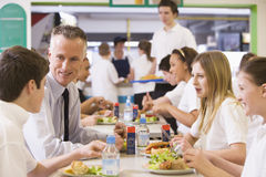 Un profesor que come el almuerzo con sus estudiantes Fotografía de archivo