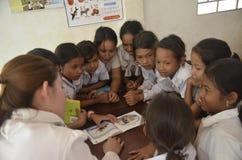 Un professeur de l'Asie enseignent l'étudiant à l'école images stock
