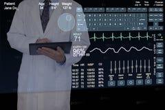 Un professionista medico che per mezzo di un computer futuristico della compressa. Immagine Stock Libera da Diritti