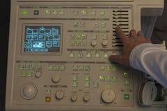 Un professionnel médical utilise une machine d'ultrason dans obscurci images libres de droits