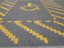 Un profilo designato del posto-macchina di handicap in muratura gialla fotografia stock